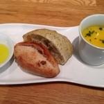 28444436 - スープ(豆乳とカボチャ?)と食べ放題のパン。最初は店側の選択で適当に2つ放り込まれてきます。
