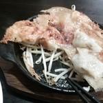 中華麺食堂かなみ屋 - 名物鉄鍋羽根付き一口餃子の下