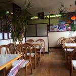レストラン大博 - 窓際のテーブル席。