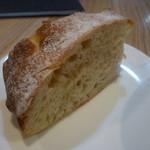 28445936 - しっかりと歯ごたえのあるパンは美味しい