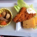 レストラン大博 - 煮物・魚フライ・だし巻き玉子。