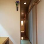 祇園ゆやま - 細い通路の奥に個室^^