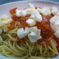 ペペロッソ - 新しい国産モッツアレラ使用もっちり深みのあるチーズとフレッシュトマトのスパゲティー
