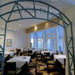 ラ ヴェラ - 窓を配した明るい個室「カーサビアンカ」(20名様よりご利用可)