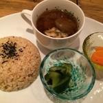 パプリカ食堂ヴィーガン - 有機玄米ご飯か自家製パンか選べます。