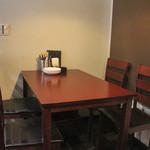 アネロ - テーブル席(2~4名様向けのお席ですが、椅子を追加して5名様用にもできます)