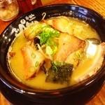 てっぺん - 昼ご飯は、キクラゲもやしラーメン!(豚骨)(^ー^)ノ 相変わらず、美味しい豚骨で嬉しい(^○^) ファンなんです( ̄▽ ̄)