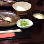 無似舎 - ハマチの焼き物、ごはんと味噌汁