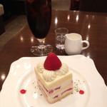 珈琲茶館 集 - プレミアムアイスコーヒー(単品は750円、ケーキとセットで200円引きで550円)と苺のショートケーキ。