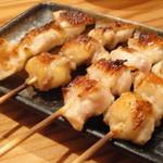 雅バードランド - 胸串 塩(左二本:比内地鶏、右二本:青森シャモロック)