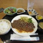 28470855 - ステーキ御膳はステーキに小鉢が2つ、サラダにご飯とお味噌汁でのセットで980円でした。