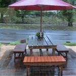 28477672 - テラス席もありますが雨天時は厳しい…!?