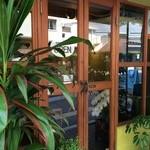 元町サトナカ - 入り口扉も、木枠の温もりを感じる、素敵な扉です