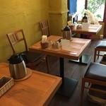 元町サトナカ - 店の奥から撮ったテーブル席風景