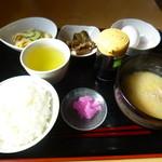 もぐもぐ - 料理写真:2014.07 味噌汁、生タマゴ、煮物、サラダが付いて540円