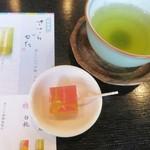 両口屋是清 - 最後は温かいお茶がサービスされます。和菓子は新製品のささらがた錦玉羹の白桃です。