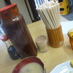 28494962 - この麦茶のピッチャーに張ったソースが名物!