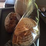 のたり - カンパーニュ(ハーフ)250円 食パン(ハーフ)250円 くるみとレーズン320円