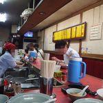 ベトコンラーメン新京 - 店内は昔ながらの町の中華料理店って感じ