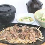 味喰笑 - 合鴨を炭火で焼き上げました。炭火の風味で御飯がすすみます! 合鴨炭火鉄板焼き御膳 1,250円(税込)