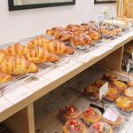 b's kafé - 店内で焼き上げるパン