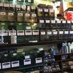 江戸深川珈琲本舗 - 壁には同店自慢のコーヒー豆がずらりと並びます。