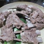 油山猟師小屋 - アバラです。                             スペアリブ(ショートリブ)ってやつですね。                             ある程度まで柔らかく茹でたもので、シンプルな食感を味わいます。