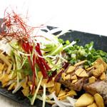 イザカヤいっちょ - 黒胡椒炙りマグロのカルパッチョにんにくチップまみれ