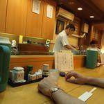 天富 - 天ぷらは目の前で揚げられる