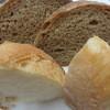 リストランテ ジン - 料理写真:黒:ライムギブレッド   茶:小松産大麦ブレッド