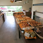 28507811 - イートインコーナーから見たパン売り場。明るくて素敵な店内ですね。