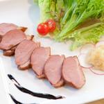 ワイン家 ソリッシュ - 鴨肉のローストバルサミコソース・マジックオニオン添え。
