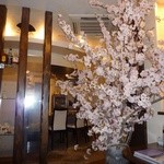 すてーき西岡 - 季節の花で店内を演出