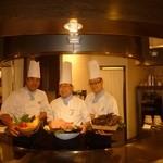 すてーき西岡 - ベテランスタッフがお客様に楽しいお時間を提供します。