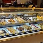 梅月堂カフェ - 美しいケーキが並んでいます