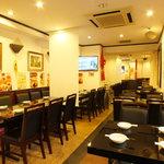 銅鑼湾 - 広々とした大きなテーブルでゆったりとお食事をお楽しみください。