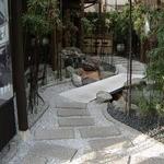 竹國 - 中庭を通って店舗入口に向かいます