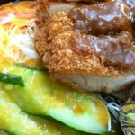 精養軒 - チキンカツ断面と添えてあるサラダ。