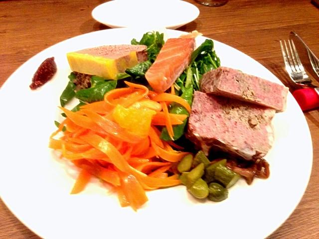 chez le mak - 【初訪問時】前菜の盛り合わせ(1,550円)。とにかくボリュームが目を引きますが、味もしょっぱくなくさっぱりしたガチで旨い一皿。パテ・ド・カンパーニュが特に◎。