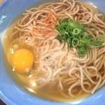 阪急そば - 丸い麺の断面、細く切りだされた青いネギ。これぞ関西のそば