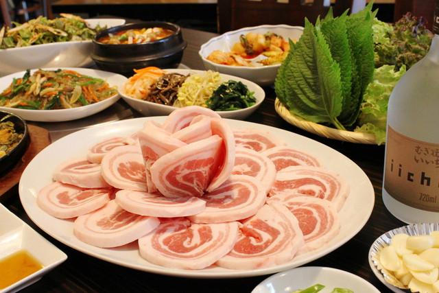 韓国館 - 三味豚サムギョプサルコース 1人前 2000円 (4名~) お値段はリーズナブルな庶民の味方!