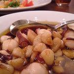 カスターニャ - タコとニンニクのオイル焼き:スペインのガリシア風をアレンジした料理で当店の定番人気メニューです。やみつきの味わい!!