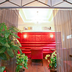 カスターニャ - 奥のソファー席は鉄のカーテンで仕切られています。個室感覚でご利用頂けます。最大10名様まで
