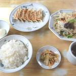 テンホウ - 料理写真:ギョウザと野菜炒め。テンホウ定番の定食