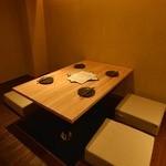 日本酒庵 吟の杜 - 間接照明が柔らかく、どこかホッとできる店内です。