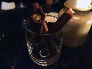 コットンダンサー - チョコレートでコーティングされた葉巻のような「グリッシーニ」
