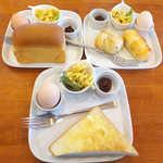 28541761 - 左上:プチブリオッシュ(Bセット)、右上:手作りパン(Aセット)、下:トースト(Cセット)