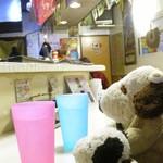 タイ屋台 racha - 店内はタイの屋台をそのままお店にしたような、とってもいい雰囲気。 お冷やのコップもカラフルでいいよね。