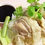 タイ屋台 racha - ここで余談だけど、カオマンガイと海南鶏飯って、 見た目は一緒なんだけど違いはタレかな?って思ってるの。 カオマンガイのタレは1種類だけど、海南鶏飯は3種類という違いかな。