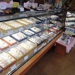ちから餅本舗 - セットのお菓子類は、陳列されたケーキや和菓子から選択します